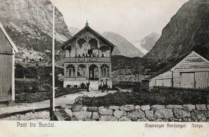 Postkort: Hotel Sundal og Bondhusbrea i bakgrunnen