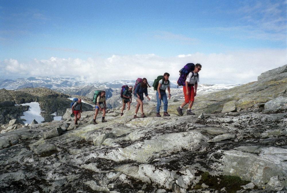 Keisarstien. Fotturister på veg opp fra Sunndal mot Fonnabu turisthytte på Folgefonnhalvøya, Hordaland